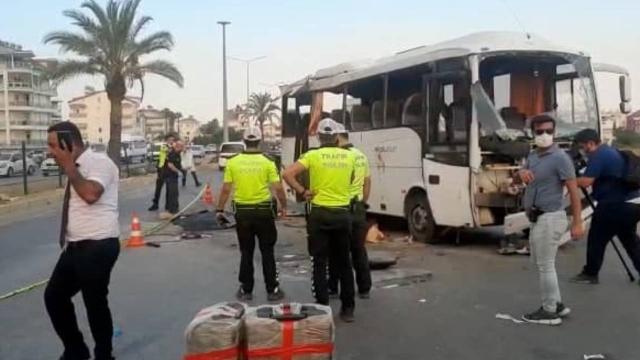 Antalyada tur otobüsü takla attı: 3 ölü, 16 yaralı
