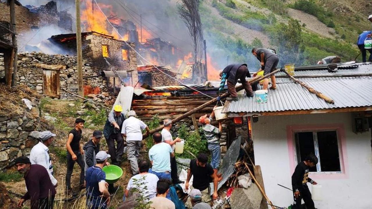 Artvin Yusufeli'nde yangın: 20'ye yakın ahşap ev yandı