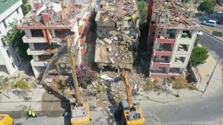 Büyükçekmece'de deprem riski taşıyan 3 blok yıkılmaya başlandı