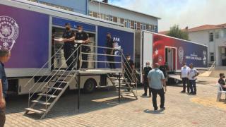 Polis ekipleri, yangın bölgelerinde yemek dağıtımına başladı