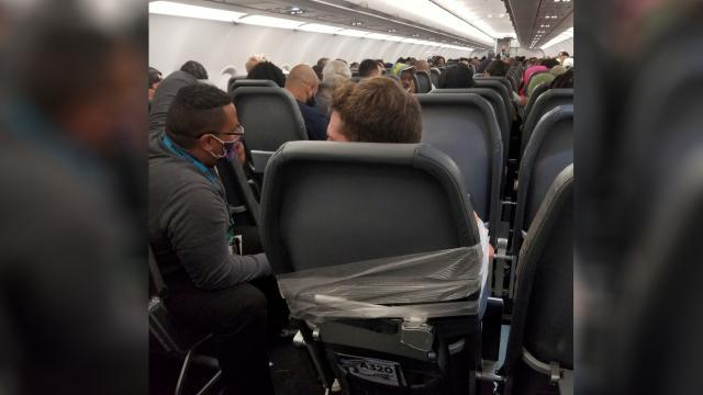 ABDde uçuş görevlilerine saldıran yolcu koltuğa bantlandı