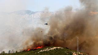 Isparta'da çıkan yangın yerleşim yerlerini tehdit ediyor