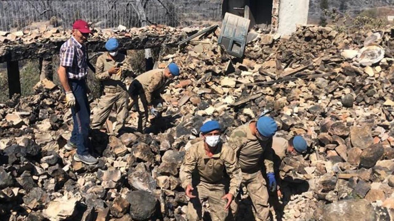 Jandarma enkazda bulunan bilezikleri sahibine ulaştırdı