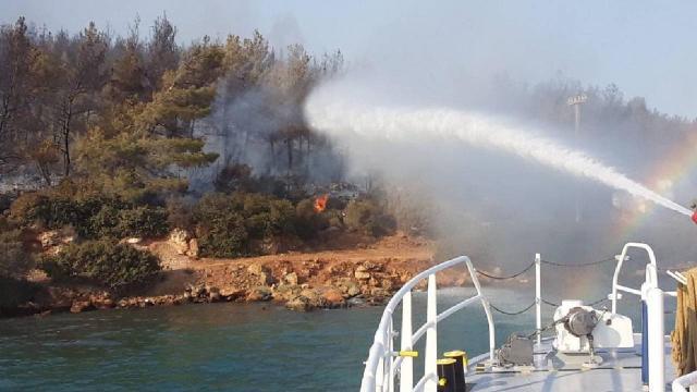 Kıyı Emniyeti ekipleri yangın söndürme çalışmalarına destek veriyor