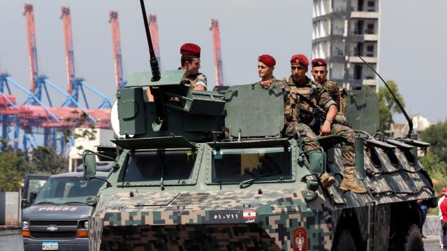 Beyruttaki patlamanın anma etkinliklerinde silahlı kişiler gözaltına alındı