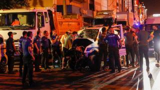 Polis aracıyla otomobil çarpıştı