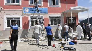 Gümüşhane'de köy okulunun tadilatını polisler yaptı