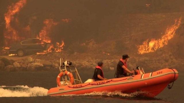Sahil Güvenlik ekiplerinden yangın söndürme çalışmalarına destek