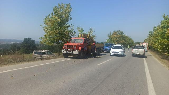 Kocaelide tarlaya devrilen hafif ticari aracın sürücüsü yaralandı