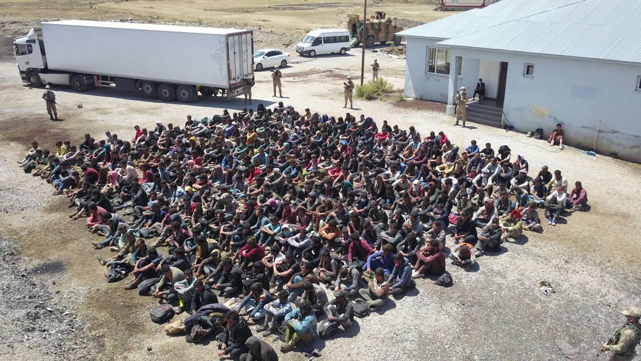 Tırın dorsesinde 300 düzensiz göçmen çıktı