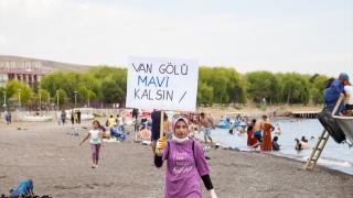 Gönüllüler farkındalık için Van Gölü sahilinde çöp topladı