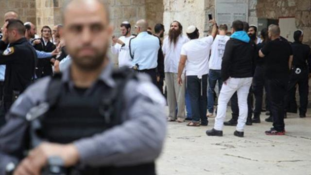 Onlarca fanatik Yahudiden İsrail polisi korumasında Mescid-i Aksaya baskın