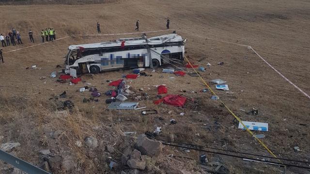 Balıkesirde yolcu otobüsü takla attı: 14 ölü, 18 yaralı