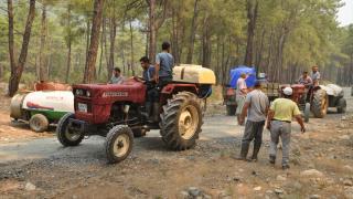 Orman yangınının söndürülmesine mahalle sakinleri traktörlerle destek verdi