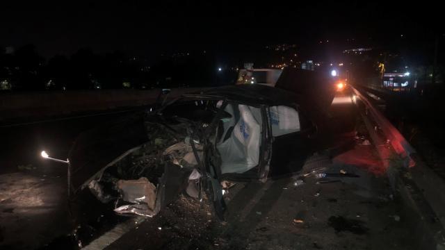 Yalovada otomobil bariyerlere çarptı: 3 yaralı