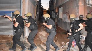 İzmir'de kaçakçılık operasyonlarında 16 şüpheli yakalandı
