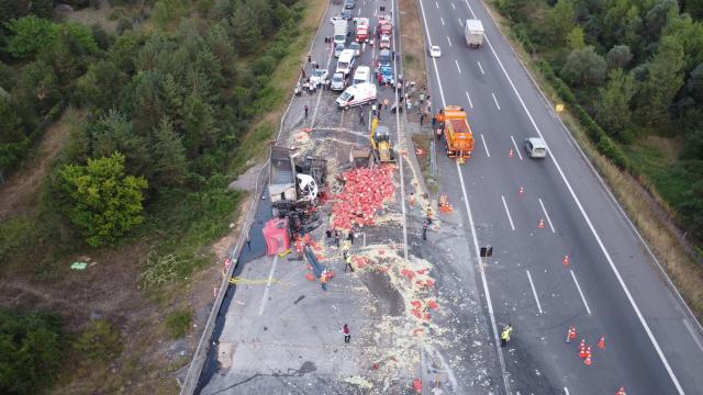 Anadolu Otoyolunda zincirleme kaza: Soğanlar yola saçıldı