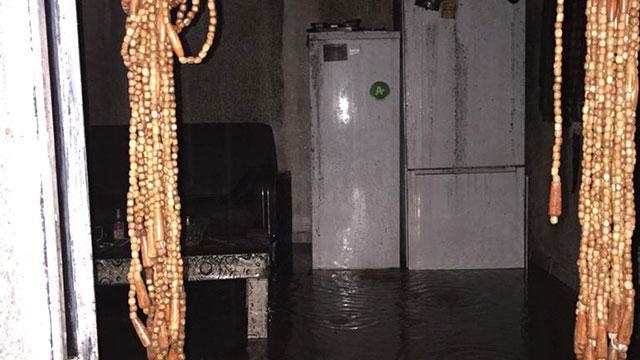 Ardahanda sağanak nedeniyle dere taştı, evleri su bastı