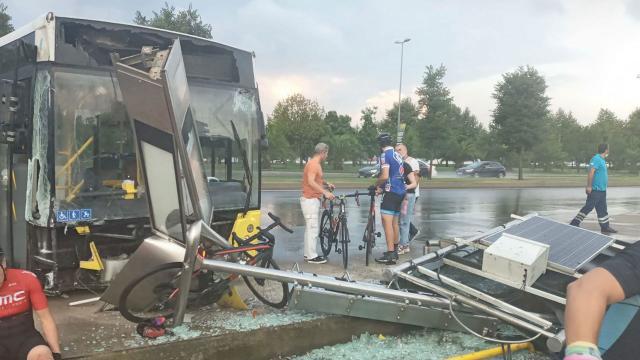 İETT otobüsü bisikletlilere çarptı