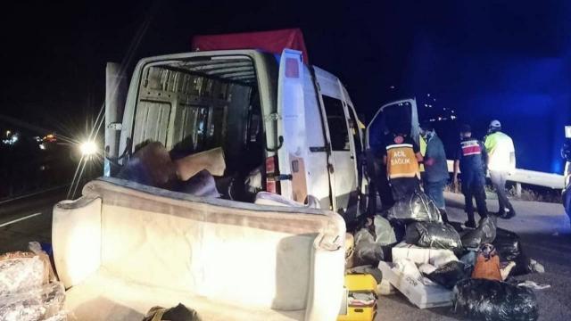 Kamyona çarpan minibüsteki 7 kişi yaralandı