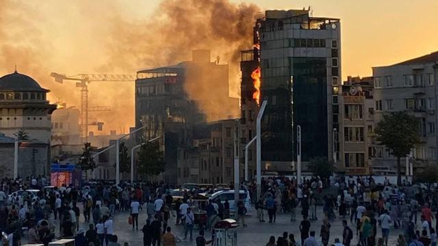Taksim Meydanında bir otelde yangın