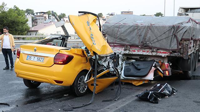 İzmirde taksi tıra çarptı: 1 ölü, 2 yaralı