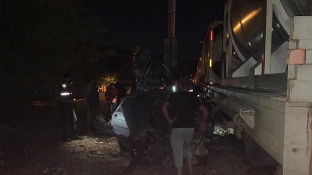 Balıkesirde yük treni otomobile çarptı: 2 ölü