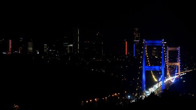 İstanbulun köprüleri Ukrayna bayrağı renklerine büründü