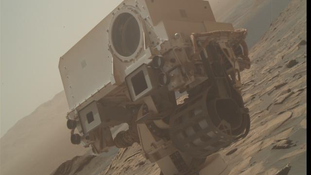 NASAnın uzay aracı Curıosıty habersiz gibi durarak poz verdi