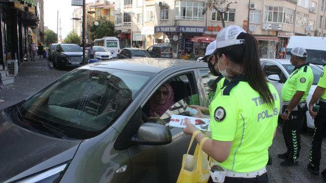 Keşanda araç sürücülerine polis ekiplerince trafik kuralları anlatıldı