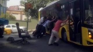Yolda asılı kalan İETT otobüsünü vatandaşlar kurtardı