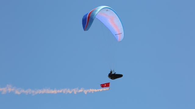 Gökyüzünde Türk bayrağı ve Atatürk posteri açarak 30 Ağustosu kutladılar