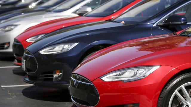 Gelişmiş sürücü destek sistemi bulunan Tesla iki araca çarptı