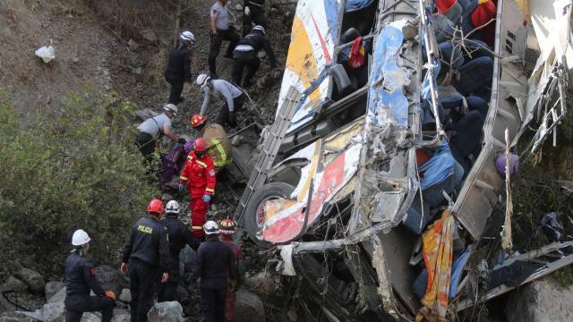 Peruda otobüs uçuruma yuvarlandı: 29 ölü