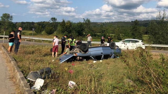 Sakaryada devrilen araçtaki iki kişi yaralandı
