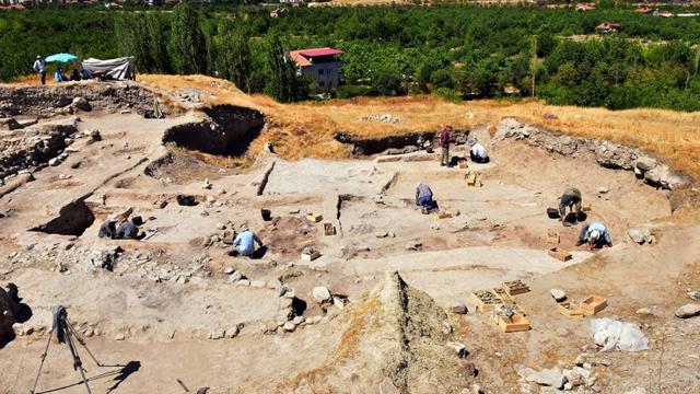 Arslantepe Höyüğünde 24 mezar ve 6 ev kalıntısı bulundu