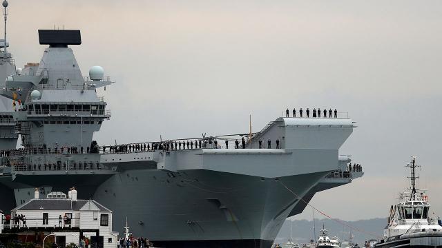 İngiliz uçak gemisi The Queen Elizabeth Japonyada