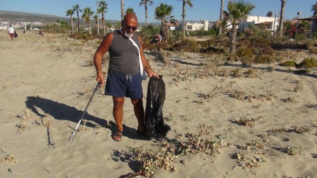 Mersinde deniz kaplumbağalarının yaşam alanları temizlendi