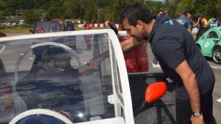 Selçuk Bayraktar, lise öğrencilerinin araçlarını inceledi