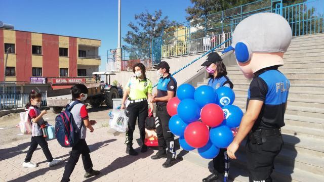 Şırnakta polis ekipleri öğrenci ve velileri salgın tedbirlerine yönelik bilgilendirdi