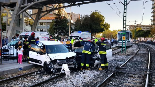 Konyada çarpışan 2 otomobil tramvay yoluna girdi: 4 yaralı