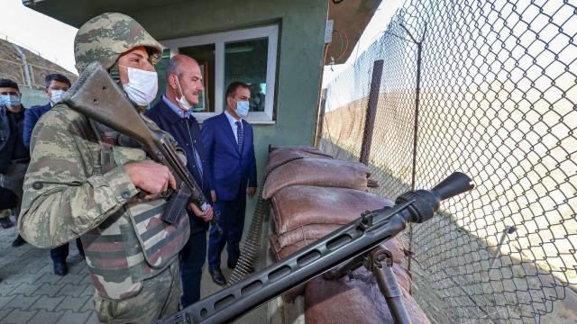 Bakan Soylu Türkiye-İran sınırındaki güvenlik duvarını inceledi