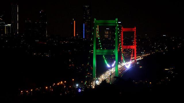 Boğazın iki köprüsü Tacikistan bayrağı renklerine büründü