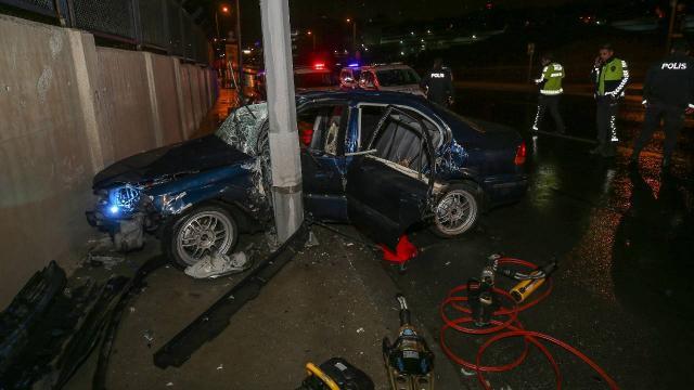 Bağcılarda otomobil direğe çarptı: 3 yaralı