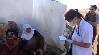 Bitlis'te çiftçiler çalıştıkları tarlada aşı oluyor