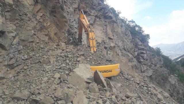 Heyelanda toprak altında kalan iş makinesi operatörü yaşamını yitirdi