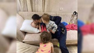 İsrail'in gözaltına aldığı Filistinli babanın kanser olan çocuğuyla vedalaştığı an gündem oldu