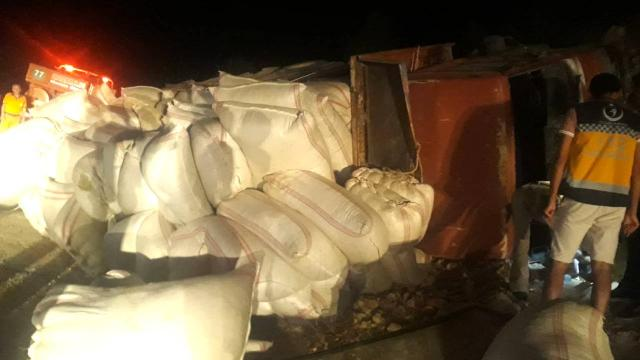 Mersinde saman yüklü kamyon devrildi: 1 ölü, 2 yaralı
