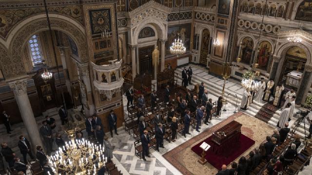 Yunanistanda eski metropolit Miçotakisin kilisede oturuşunu eleştirdi