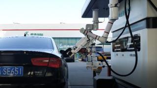 Robotik benzin pompacılar göreve başladı